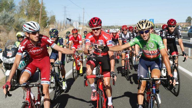 El ciclista británico del equipo Sky, Chris Froome (c), ganador de la Vuelta Ciclista a España, brinda con el segundo en la clasificación general, el italiano del equipo Bahrei-Merida Vicenzo Nibali (d) y el tercero, el ruso del equipo Katusha, Ilnur Zakarin (izda), en la última etapa de La Vuelta a España con salida en Arroyomolinos y meta final en Madrid.