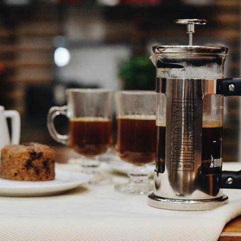 Você já experimentou nosso café feito na French Press (ou Prensa Francesa)?!  O mecanismo desta cafeteira é simples, valoriza o sabor do café e é eco-friendly. Registros históricos apontam seu surgimento em cozinhas francesas em meados de 1850, mas foi um designer italiano – Attilio Calimani -, que a registrou em 1929. Peça um bolinho para acompanhar e aproveite este delicioso momento aqui na #CiaMineiradeChocolates! 😋☕️