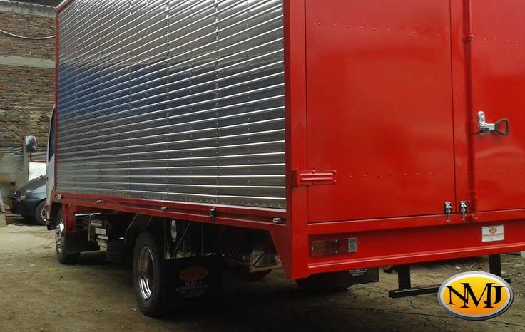 Ofreciendo ventajas clave sobre los métodos de construcción de carrocerías actuales en el mercado colombiano, utilizamos el doble de espesor en las paredes y construimos el enclavamiento de paneles sin depender de remaches que sujeten las paredes entre sí, dando como resultado líneas limpias y modernas.  http://www.carroceriasyfurgonesnmj.com/diseno-instalacion-mantenimiento-y-venta-de-camiones-furgones-nuevos-y-usados