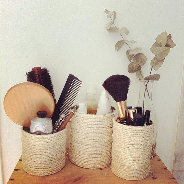 [HOME] J'ai terminé les petits pots #diy en #conserves entourées de #ficelle pour ranger les accessoires dans la salle de bain ! Simple mais il faut une touche de patience quand même... #salledebain #eucalyptus #accessoires #rangement #maquillage #makeup #storage #rangement #home #sarahfarsyscenographie #bathroom #bathroomdecoration #decoration #decosalledebain #rangementsalledebain #decomaison #bois #wood #glass #verre #handmade #boitedeconserve #canned #deco #pinceau #sweethome…
