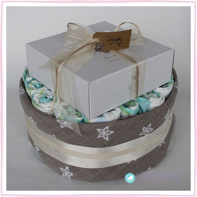 Skab et minde - Diaper Cake: ca. 30 Pampers bleer, str. 3/midi (4-9 kg) 1 gipssæt af mærket 'BamBam' 1 stofble fra mærket 'Jollein', 100% bomuld, ca. 80 x 80 cm sløjfer, bånd og dekorationer #diapercake #blekage #babyshower #barselsgaver