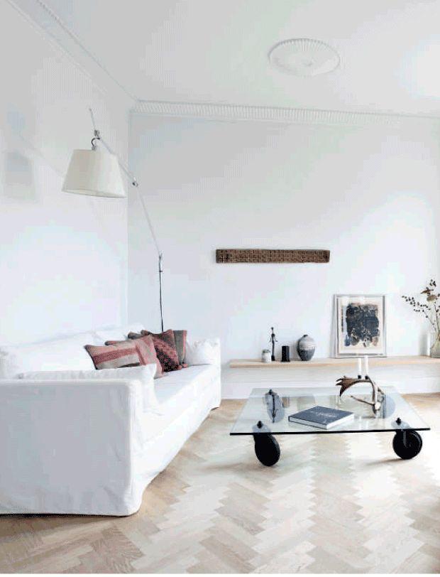 Camilla Bach er fascineret af den nordiske natur – både de lyse kyststrækninger og de rustikke skove. Se, hvordan hun har forenet det i sit hjem nord for København. Med møbler i hvide og grå toner tilsat etniske mønstre og rustikke træstubbe.