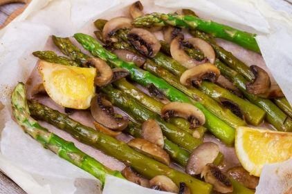 Σαλάτα με ψητά σπαράγγια και μανιτάρια στο χαρτί - gourmed.gr