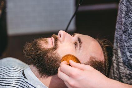 SO BÄNDIGST DU DIE WELLEN UND LOCKEN IN DEINEM BART Bart glätten? - Wie funktioniert das und wie hält dies dauerhaft an? Viele kennen es von Euch. Der Traum vom modernenVollbart wird von groben We...