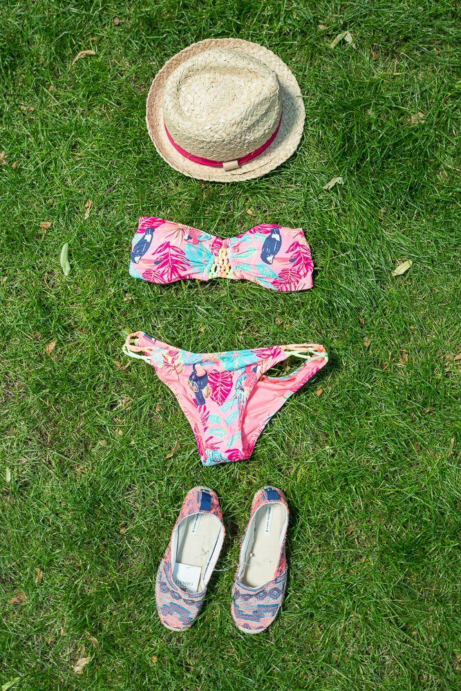 15. Oysho (Atrium +1) - słomkowy kapelusz, strój kąpielowy i espadryle