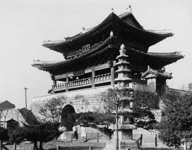 Pyongyang ca 1920-30s. Eastern Gate first built in 6th century, rebuilt 1635 after Japanese invasions. Known as the Taedong Gate on the banks of the Taedong River.