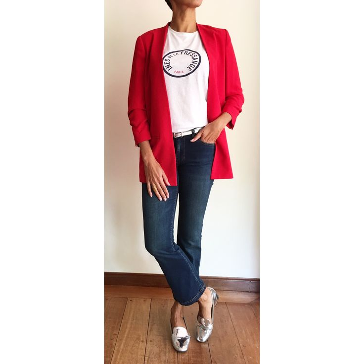 A la parisienne : tee-shirt d'Ines de la Fressange, Jeans Cropped flare de Chevignon et blazer rouge de MNG