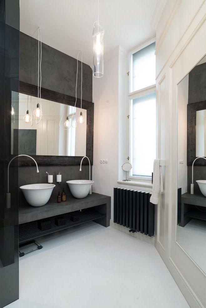 Koupelnu s oknem osvětluje i svítidlo, jehož autorem je studio Nendo pro Lasvit.