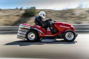 Cars - Vidéo : la tondeuse Honda la plus rapide du monde ! - http://lesvoitures.fr/video-honda-tondeuse-record-du-monde/