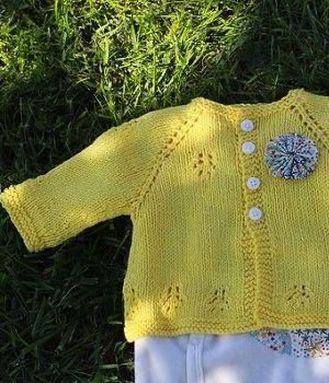 FREE PATTERN - Kaneh-Bosem • Chanvre à Tricoter (Source : http://kaneh-bosem.com/idees-tricot-1-modeles-gratuits-en-francais/) #knitting #free #pattern #baby #sweater