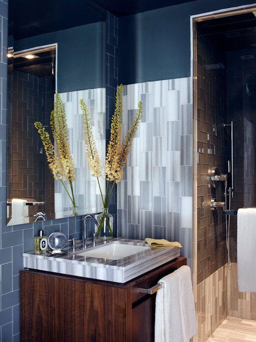 Strak zilver Ontwerpers James Michael en Phoebe Howard  vonden de inspiratie voor dit appartement in New York City in de Hollywoodhit Something's Gotta Give. De tegels aan de zijkant van de Asher Grey marmeren tegels zijn van Ann Sacks.