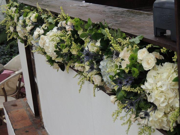 Guirnaldas. Contáctanos para cotizar tu boda clientes@lapetala.com.  2159030 Bogotá.