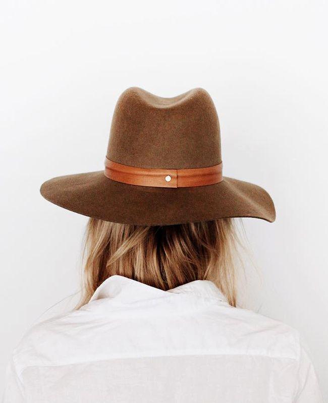 Chapeau masculin + chemise blanche = le bon mix (photo Mija)