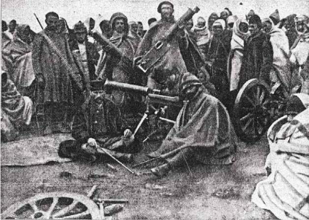 Teşkilat-ı Mahsusa Fedaileri, 1911 Trablus'un kızgın çölleri... Önde iki yiğit Binbaşı Enver ve Kolağası Mustafa Kemal İtalyanlardan ele geçirdikleri silahlarla birlikte. Arkada İtalyan makineli tüfeğiyle poz veren Yüzbaşı Reşad (Kurtuluş Savaşı'nın kahraman albayı Çiğiltepe)