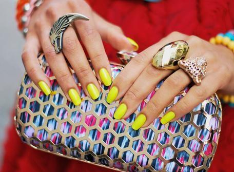 Uñas amarillo neón, que original! #cosmética #moda #manicuras