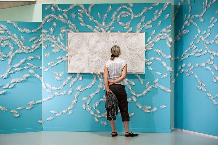 De verfijnde werken van Rogan Brown (1966) zijn niet groter dan een hand. Zijn microben en bacteriën van papier trekken wereldwijd veel aandacht. Niet alleen doordat zijn werken levensecht lijken, maar ook door de betoverende schoonheid van de wereld der bacteriën die hij creëert. Met een aantal van deze kleine werken maakt hij een grotere wandinstallatie voor CODA Paper Art. www.coda-apeldoorn.nl/paperart Foto: Angela Stouten