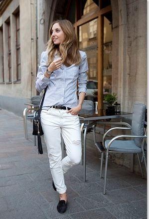ピンストライプのライトブルーシャツも白パンツに合わせたいアイテムです。  白パンツの中でも、ダメージジーンズやボーイフレンドデニムのようにメンズっぽいシルエットのボトムスはそのままマニッシュに着こなしたいアイテム。  シャツはインして、黒の細ベルトでウエストマーク。  白パンツに合わせる靴は黒のエスパドリーユやスリッポンなどフラットシューズでラフに着こなし。