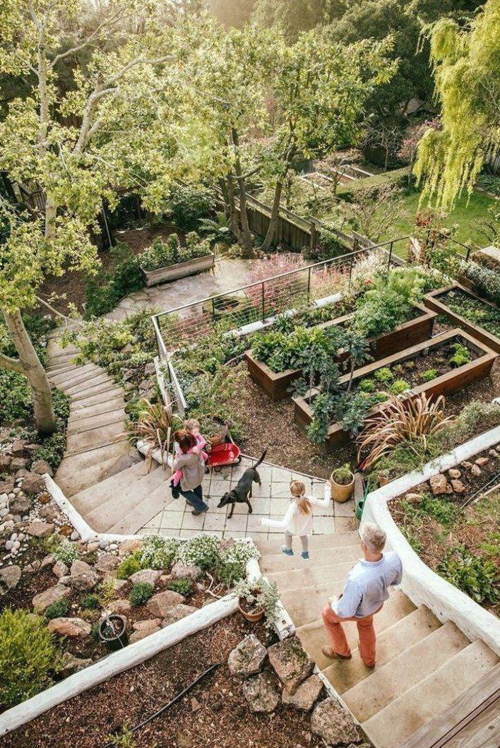 Backyard Ber Cksichtigen Den Eines Erstaunliche Geneigten Hinterhofs Ideen Planen In 2020 Sloped Backyard Landscaping Sloped Backyard Sloped Garden