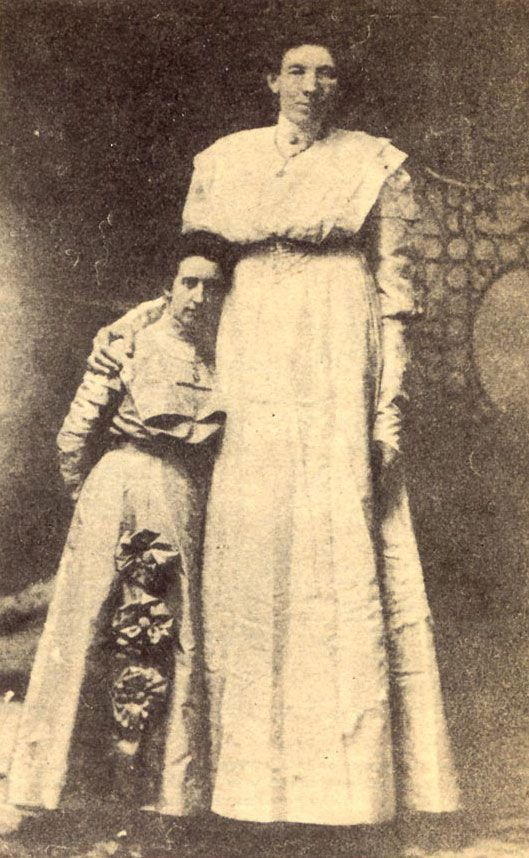 Ella Ewing  8'4″  lla Ewing was born in Missouri in 1872. She is known as the 'Missouri Giant'. She grew normally until the age of 7, at which time she began to grow rapidly. Her maximum height is disputed and due to the lack of records she is not listed in the Guinness book of Records. She toured as a side-show freak until she died of tuberculosis in 1913.