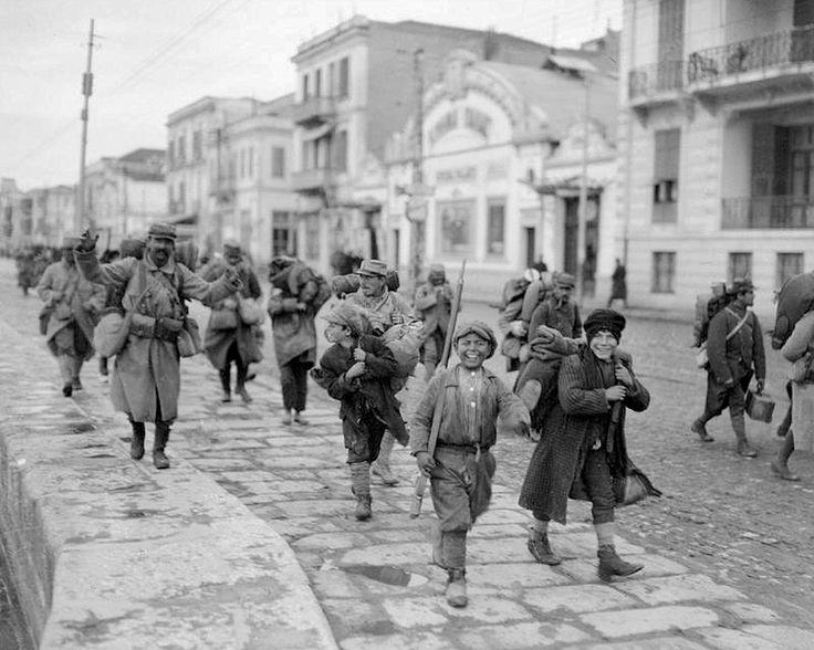 Παιδιά υποδέχονται και μεταφέρουν τον εξοπλισμό Γάλλων στρατιωτών που μόλις έφτασαν στην Θεσσαλονίκη - 1916