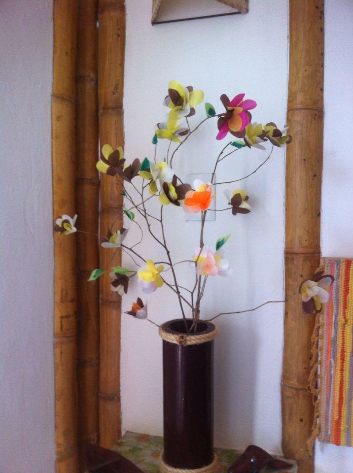 Arreglo floral.  Flores de cerezo artificiales. Artesanías Awá