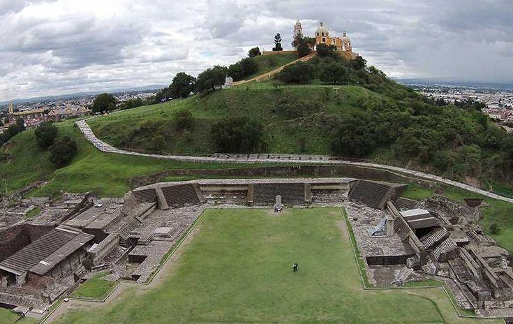 La Pirámide de Cholula es considerada la pirámide más grande del mundo en cuanto a volumen,  cuenta con 4,5 millones de metros cúbicos. Ubicada en el municipio de San Andrés Cholula en Puebla. En la punta de la pirámide se construyó una iglesia católica.