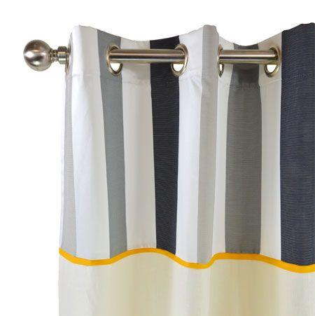 Ce rideau rayé en lin écru prêt à poser est réhaussé d'une tête de rideau rayé à larges bandes blanc/gris/carbone, souligné par un listel orangé à la jonction des 2 matières.