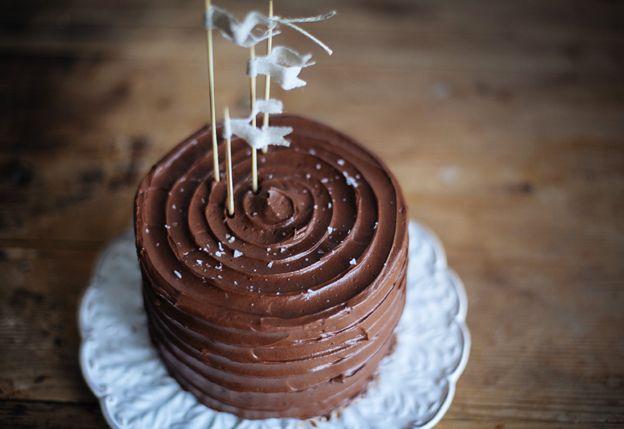 Chocolate espresso cake with dulce de leche and sea salt. Choklad- och espressotårta med dulce de leche och havssalt | Linda Lomelino