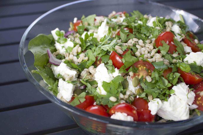 Salat med fetaost, byggryn, spinat, tomater, rødløk og urter