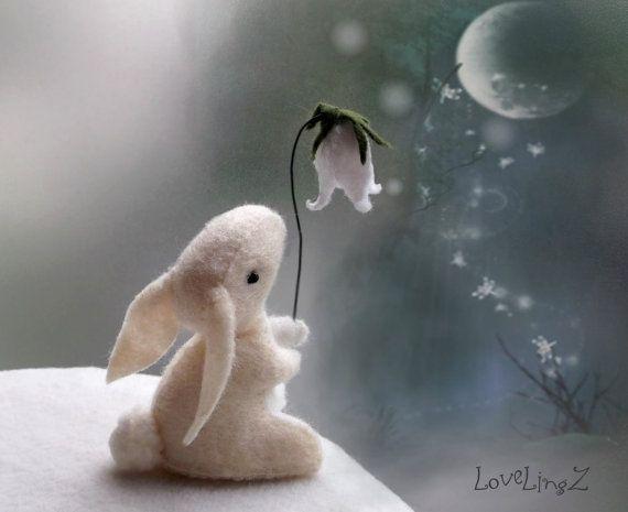 Fieltro de conejo con flor de Galanthus conejo mini por LoveLingZ