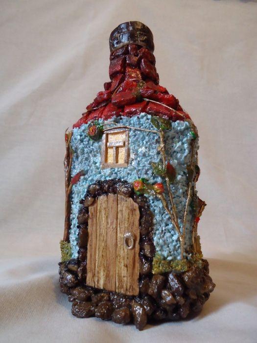Декорированная бутылка «Домик». Материалы: керамическая крошка, акриловые краски и лак, искусственная зелень, бамбук. Размер: 0,5 л.