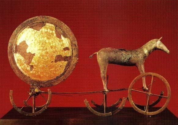 AUTORE: Ignoto NOME:Carro solare di Trundholm, DATAZIONE:XV-XIV sec. a.C., MATERIALE E TECNICA: bronzo lavorato a tutto tondo e oro a sbalzo. LUOGO DI CONSERVAZIONE: Museo Nazionale Danese, Copenaghen, Danimarca.