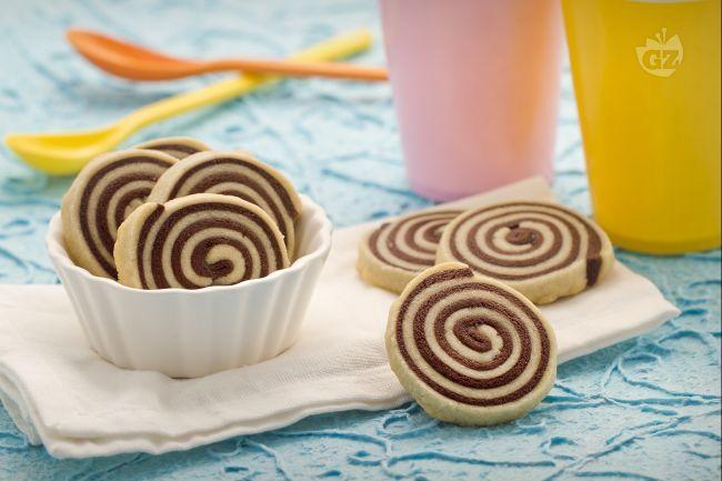 I biscotti girandola sono degli sfiziosi dolcetti preparati con un impasto neutro e uno al cacao, che insieme creano un originale effetto visivo!