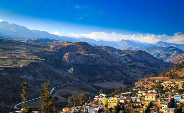 Baños i Ecuador er en lille, charmerende by som ligger midt i bjergene. Her er et dejligt klima, en fantastisk atmosfære, smuk, omkringliggende natur, og i den fine kirke kan du møde den helgen, der beskytter byen mod vulkanudbrud.