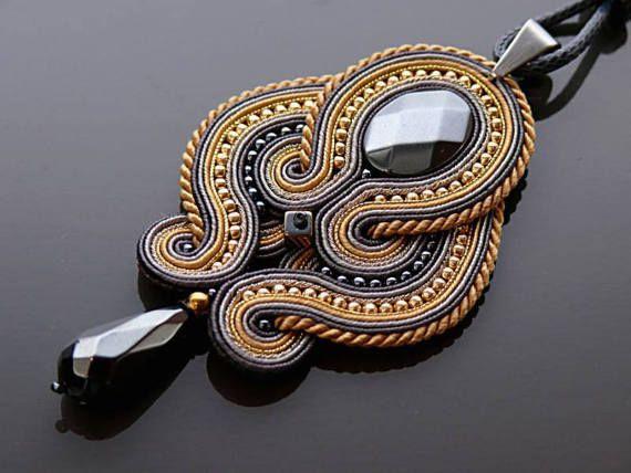Belle, impressionnante soutache collier fait de cordes de soutache avec hématite et perles de verre. Longueur totale : 3,2 pouces. Longueur de chaîne : 26 pouces Couleur : graphite, gris, or clair, doré et beige.