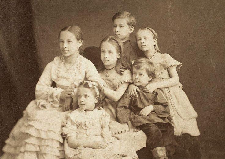 Внуки Александра Сергеевича Пушкина: Наталья, Мария, Александр, Ольга, Анна и Григорий, 1874 г.