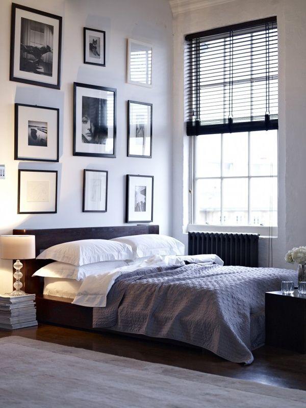 Habitación acogedora con una preciosa decoración, veneciana de madera y cuadros artísticos.