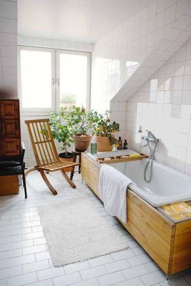 Le relooking de cette salle de bain nous a séduit par son ambiance déco qui évoque les saunas scandinaves, à la fois chaleureux et sobres qui font toujours propre. A l'origine la baignoire était encastrée dans un coffrage en carrelage blanc, pour lui donner du style, le tablier et les tablettes sont maintenant recouverts de planches de teck clair.