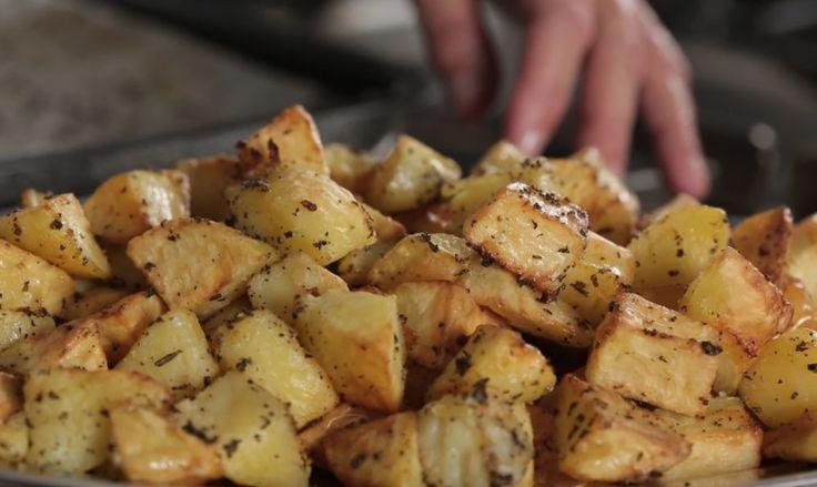 Patate al forno: ecco la ricetta per ottenere patate croccanti e aromatizzate con aglio, rosmarino e salvia; scoprite come realizzarle su Agrodolce.