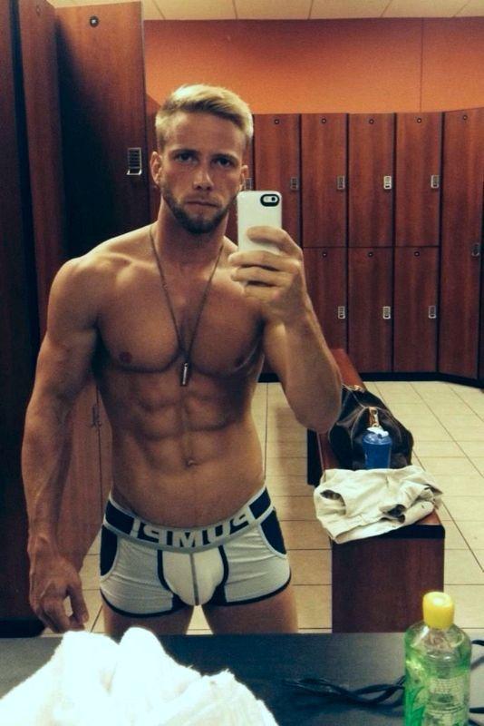guy-selfie-nude