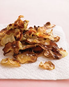 Kohlrabi chips. Kohlrabi is so easy to get in Hungary. Finally, something to do with it!
