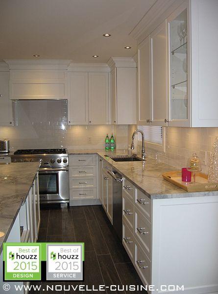 des comptoirs de quartzite 39 moon night 39 sont compl ment s par des armoires laqu es blanches dans. Black Bedroom Furniture Sets. Home Design Ideas