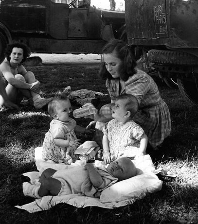 Atelier Robert Doisneau I Site Officiel  //  Vincennes. 1945.  ( http://www.gettyimages.co.uk/detail/news-photo/woman-with-3-babies-1945-in-vincennes-france-news-photo/452142270