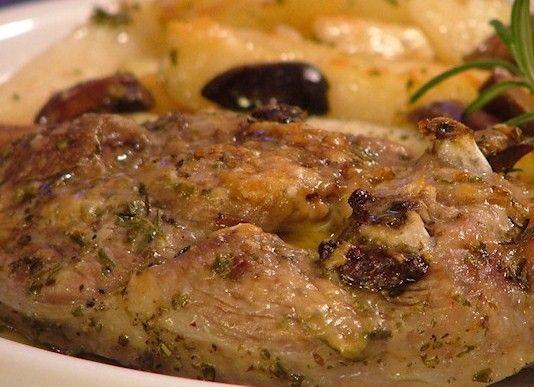 INGREDIENTI  4 cucchiai d'olio extravergine di oliva 1 Kg di patate 1 Kg di cosciotto o spalla di agnello 16 olive nere 2 rametti di rosmari