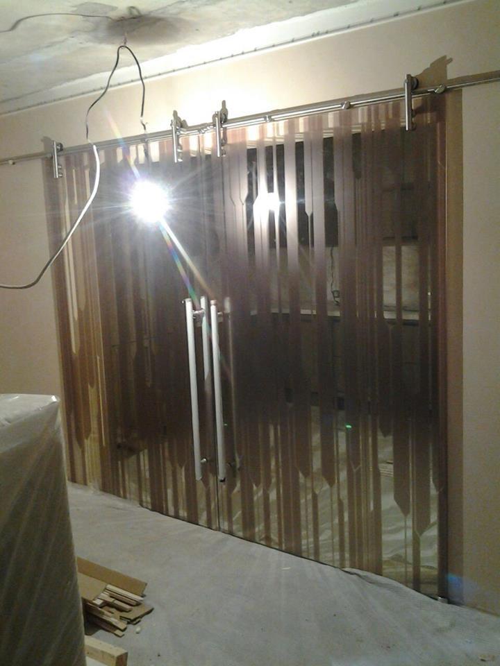 Данный проект выполнен силами нашей компании в мае 2017г. Стеклянные двери в гостиную. Стекло для производства дверей использовали 10мм осветленное. На стекло нанесен рисунок по макету заказчика. Фурнитура имеет глянцевую отделку. Проект реализован в г. Москва, ул. Бутово Парк 29