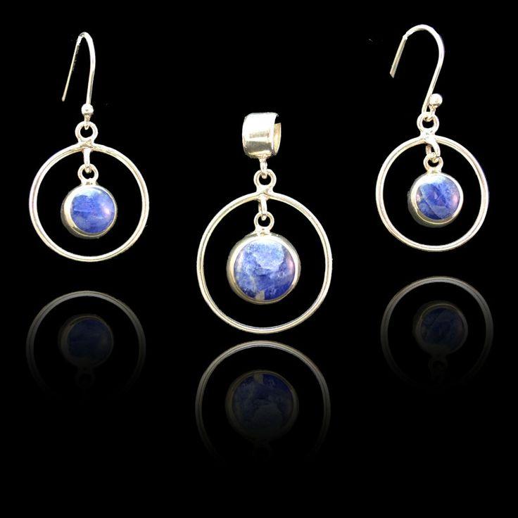 Schattige set van zilver met lapis lazuli edelsteen Prijs: € 28,95 Gratis verzending binnen Nederland  http://www.dczilverjuwelier.nl/edelstenen-sieraden/edelstenen-sieraden-sets/malia