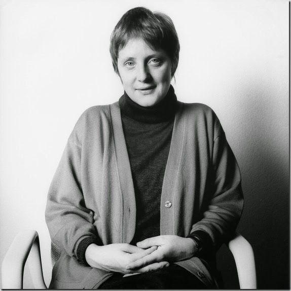 Angela Merkel, 1991 © Herlinde Koelbl. Herlinde Koelbles una cineasta documental y fotógrafa alemana (nacida en Lindau en 1939, vive en Múnich) considerada una de las documentalistas más prestigiosas de su país. La estética de sus imágenes es su inconfundible firma característica, y también la sensibilidad con la que trata los temas que selecciona.