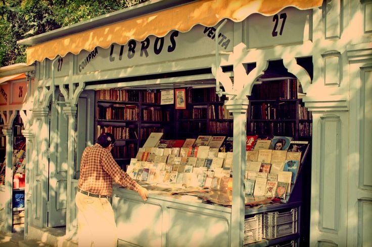 """""""La Cuesta de Moyano"""" en Madrid que es el mayor mercado diario de libros en Europa que sigue el aNo entero. El mercado es para vender libros que ya fueron usado por otras personas."""
