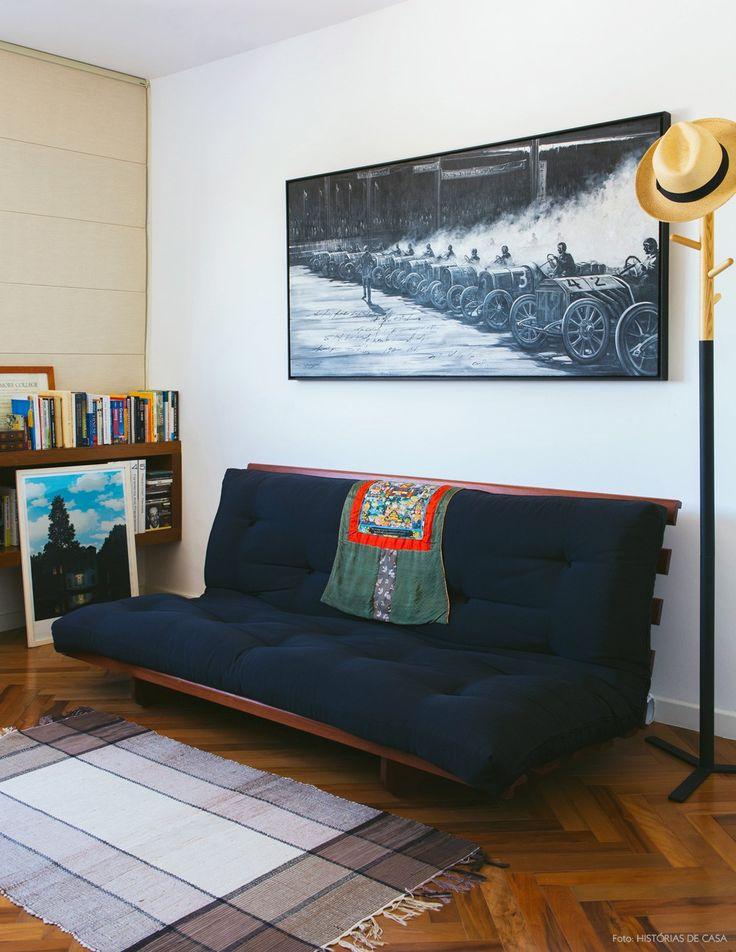 Dois em um: quarto de hóspedes com futon preto e home office para o casal .