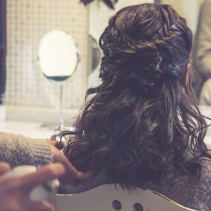 Si hay algo que me encanta de los semis es su versatilidad!! Lucía llevaba un recogido de trenzas de espiga y ondas rotas. ¡Estaba cañón para la sesion con @cucullia ! #teteatetehairstyle #noviasteteatete #recogido #semirecogido #ondasrotas #novia #hairstyle #braid #fishtailbraid #trenzas